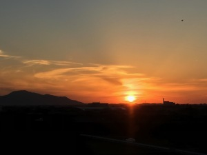 新潟の夕日を新幹線から見る